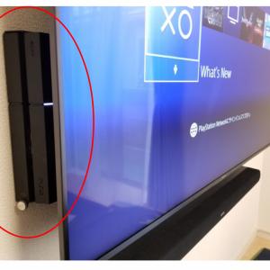 壁掛けテレビ背面にPlayStationをセットした写真