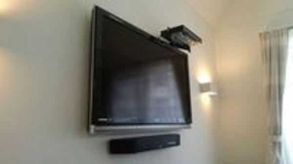 東京都世田谷区にて 壁掛けテレビ 隠蔽配線もお任せください