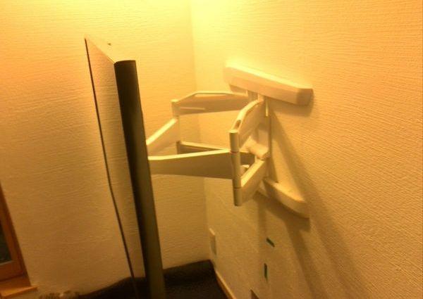 テレビ壁掛け工事 東京都町田市にて フルモーション金具の取り付け 補強済み壁のサムネイル