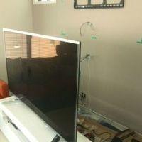 横浜市戸塚区一戸建てにて 55インチTV壁掛け工事 棚の取り付け 隠蔽配線 テレビボード撤去のサムネイル