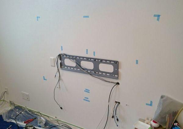 東京都墨田区一戸建てにて 55インチシャープ液晶テレビ壁掛け工事 隠蔽配線のサムネイル