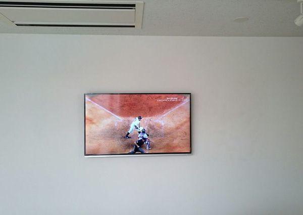 東京都渋谷区にて 47インチテレビ壁掛け工事 天井裏通線 隠蔽配線のサムネイル