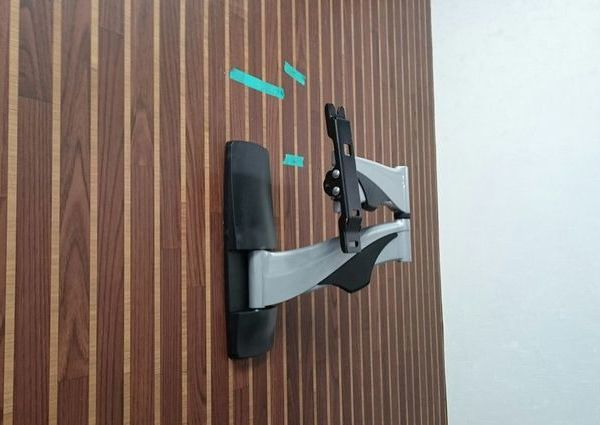 東京都新宿区にて テレビ壁掛け工事 アームタイプの金具設置のサムネイル