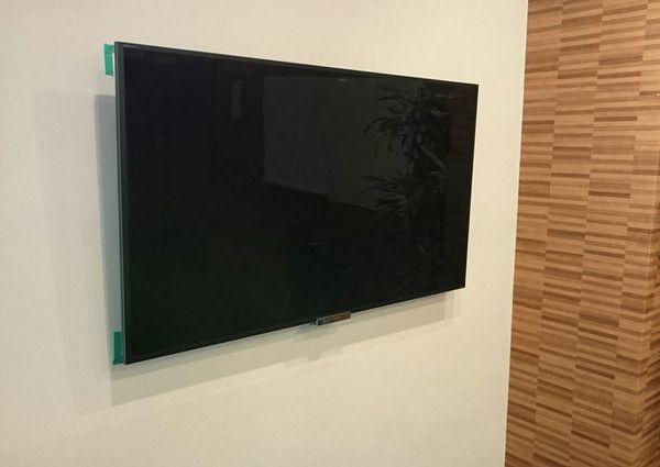 東京都千代田区にて 55インチテレビ壁掛け工事 ビルGL壁のサムネイル