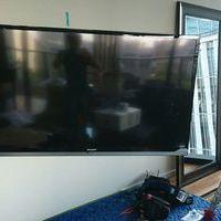 東京都港区にて 60インチ・42インチテレビ壁掛け工事 隠蔽配線 のサムネイル
