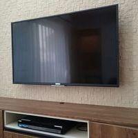 東京都世田谷区戸建てにて エコカラット設置壁 KJ-49X7000C壁掛けテレビ工事 隠蔽配線のサムネイル