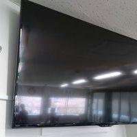 東京都江東区会社様会議室にて 壁面補強 55型テレビ壁掛け工事 左右上下角度可動アームタイプの金具 配線工事 のサムネイル