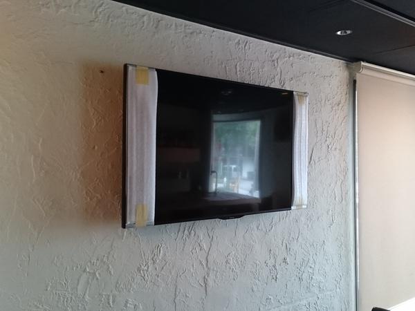 東京都 店舗にて 壁掛けテレビ