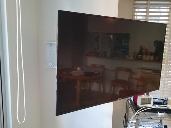 東京都新宿区にて壁掛けテレビ配線隠蔽工事