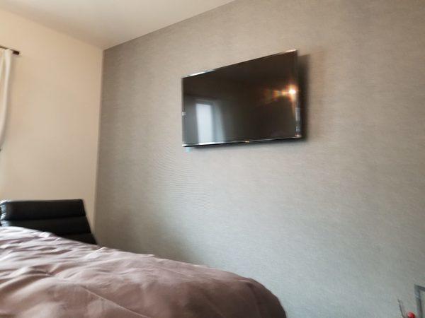 東京都世田谷区 戸建て 寝室にて 壁掛けテレビ工事