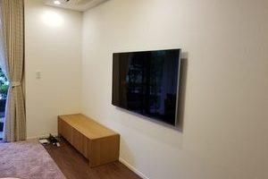 東京都世田谷区にて 60型 壁掛けテレビ 配線隠蔽
