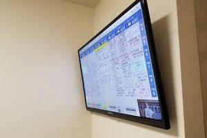 東京都世田谷区にて 壁掛けテレビ隠蔽配線作業壁掛け金具