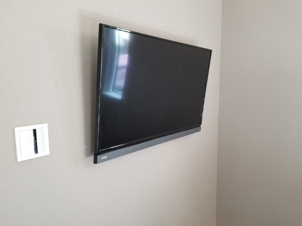 東京都中野区にて 壁掛けテレビ工事 既存のコンセントを移設